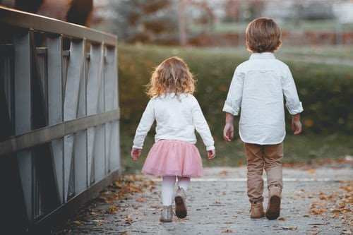 Image de deux enfants de dos. | Photo : Unsplash