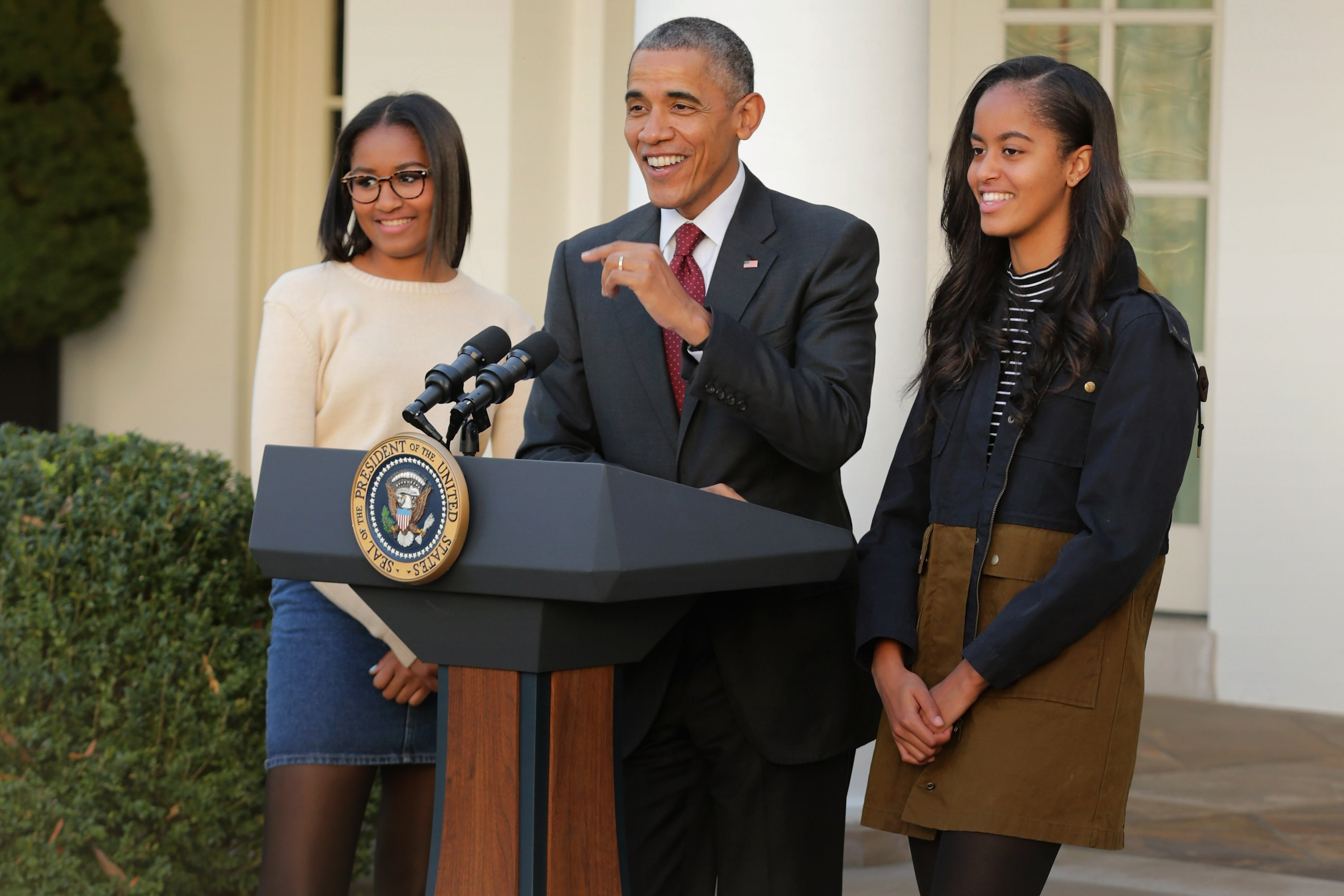 Former president Barack Obama delivers remarks with his daughters Sasha and Malia during the annual turkey pardoning ceremony in the Rose Garden at the White House November 25, 2015. | Photo: GettyImages