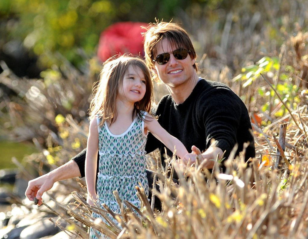 Suri Cruise y su padre Tom visitan la cuenca del río Charles el 10 de octubre de 2009 en Cambridge, Massachusetts. | Foto: Getty Images