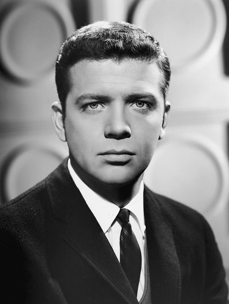 American actor Robert Reed (1932-1992) in a promotional portrait for the TV series 'The Defenders,' 1961. | Photo: Getty Images