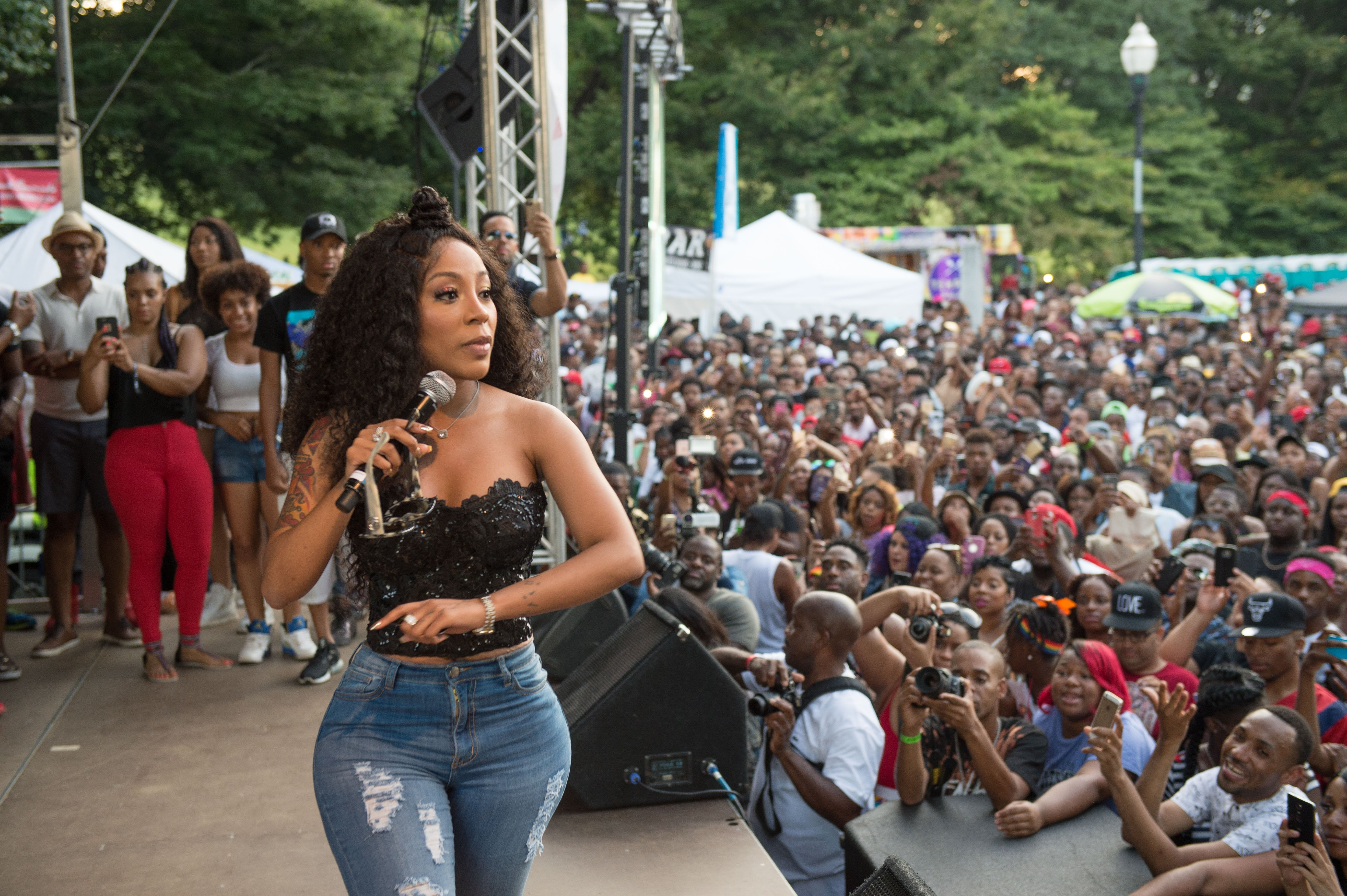 K. Michelle on stage during the Pure Heat Community Festival in Atlanta, Georgia on Sept. 4, 2016 | Photo: Getty Images
