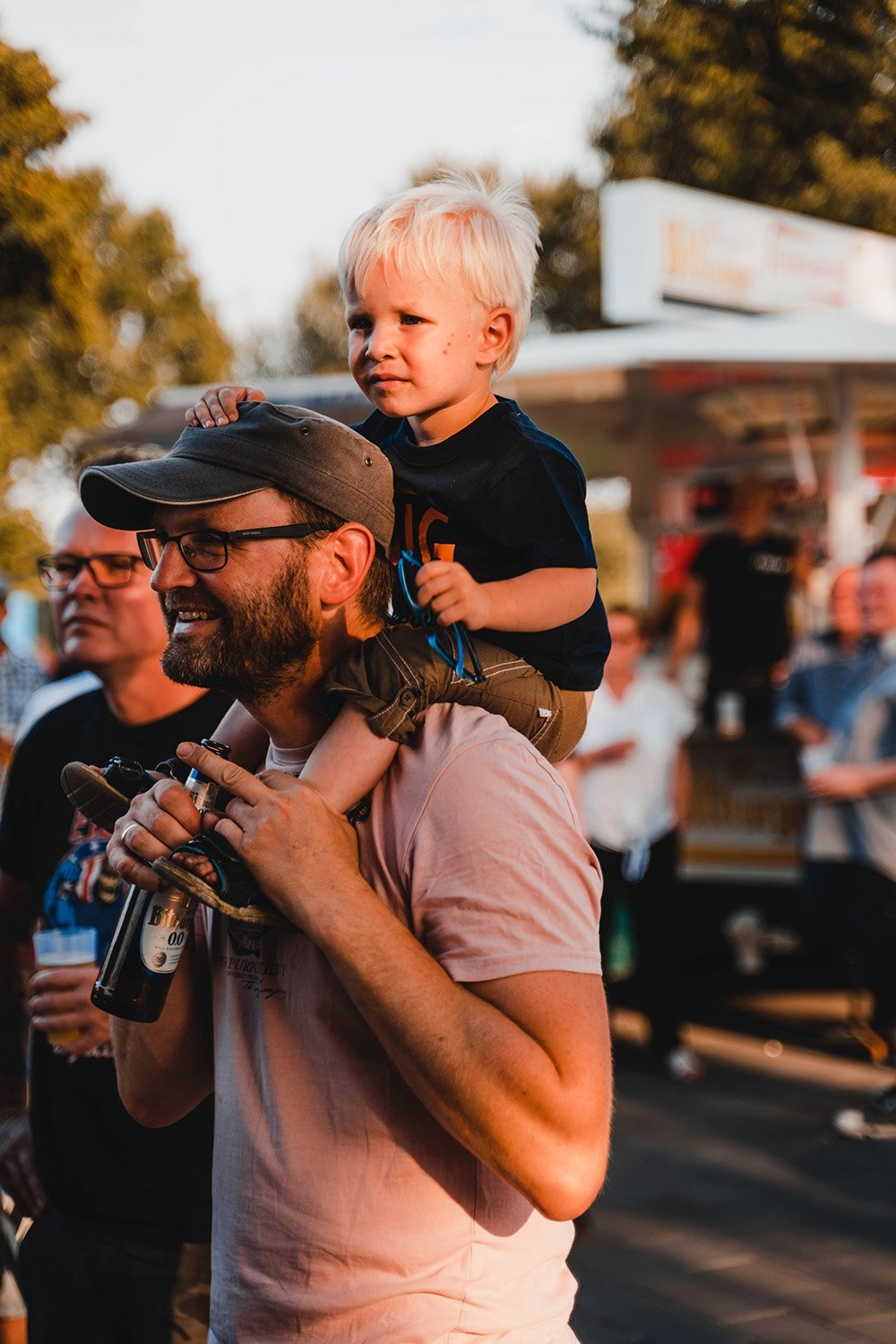 Father with his child on his shoulders. I Image: Pexels.