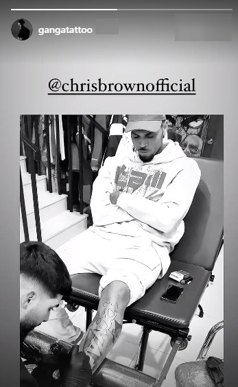 Chris Brown during his visit to the tattoo parlor    Photo: Instagram.com/gangatatoo
