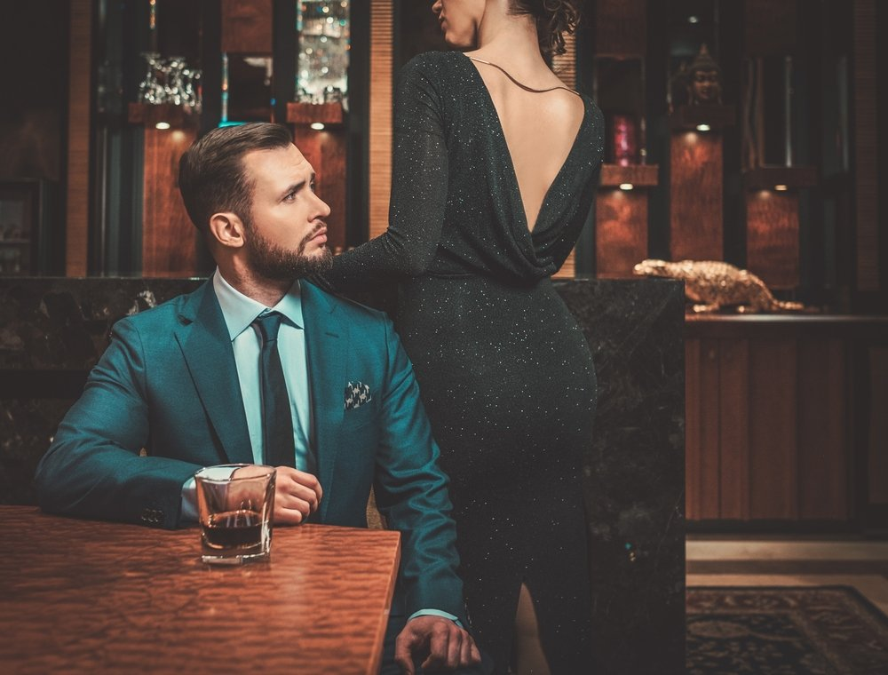 A man and a lady at a bar | Photo: Shutterstock