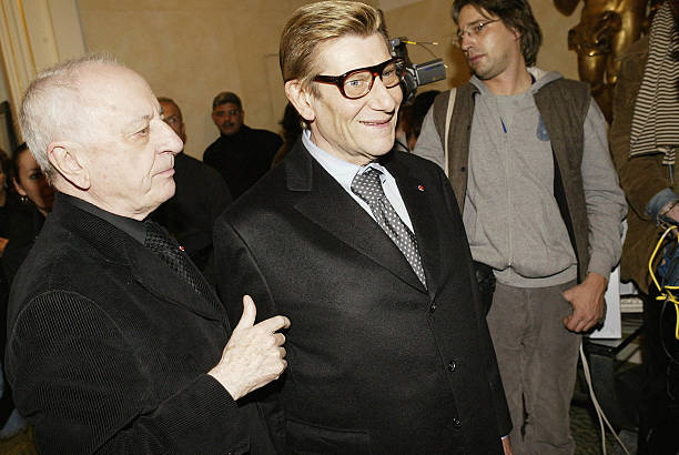 Pierre Bergé et Yves Saint Laurent lors de la cérémonie d'ouverture de la fondation Yves Saint Laurent à Paris | Photo : Getty Images