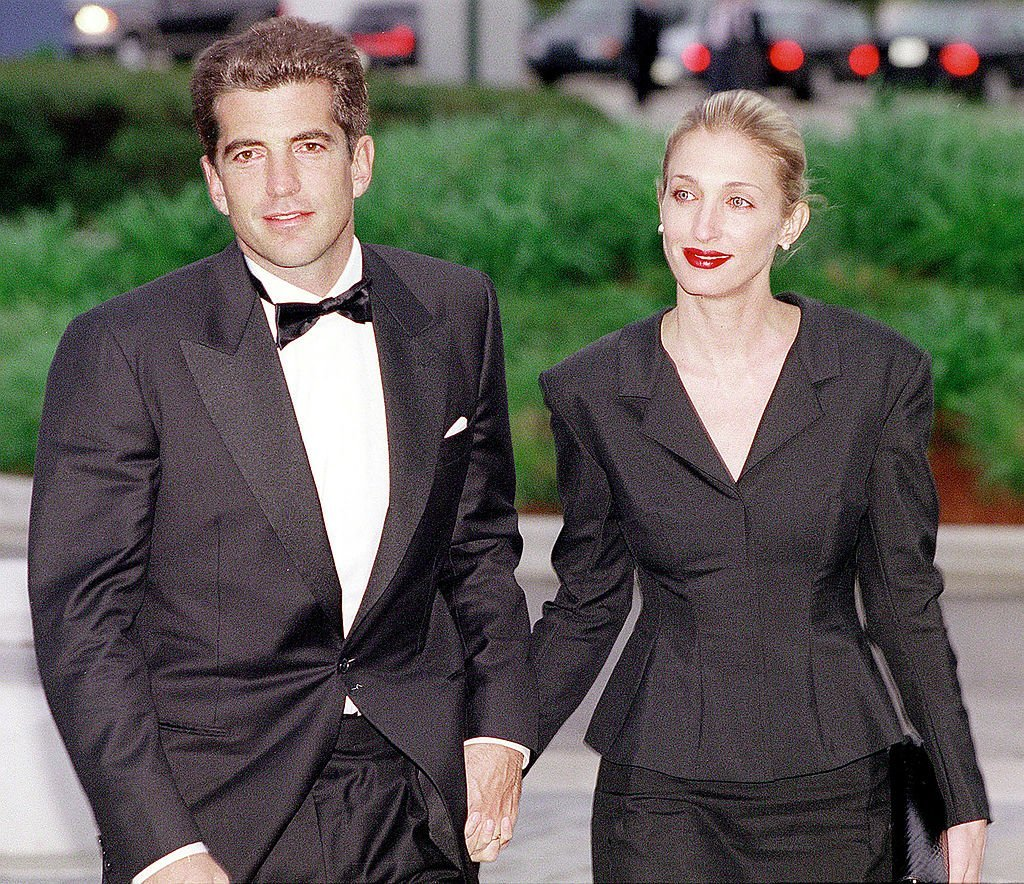 John F. Kennedy, Jr. and his wife Carolyn Bessette Kennedy arrive at the annual John F. Kennedy Library Foundation dinner in May 1999 | Photo: Getty Images
