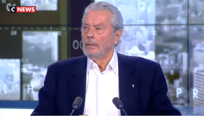 https://prnt.sc/nebaey  Alain Delon invité de Pascal Praud (L'Heure des Pros 2 du 18/04/2019) | Photo : Youtube/CNEWS