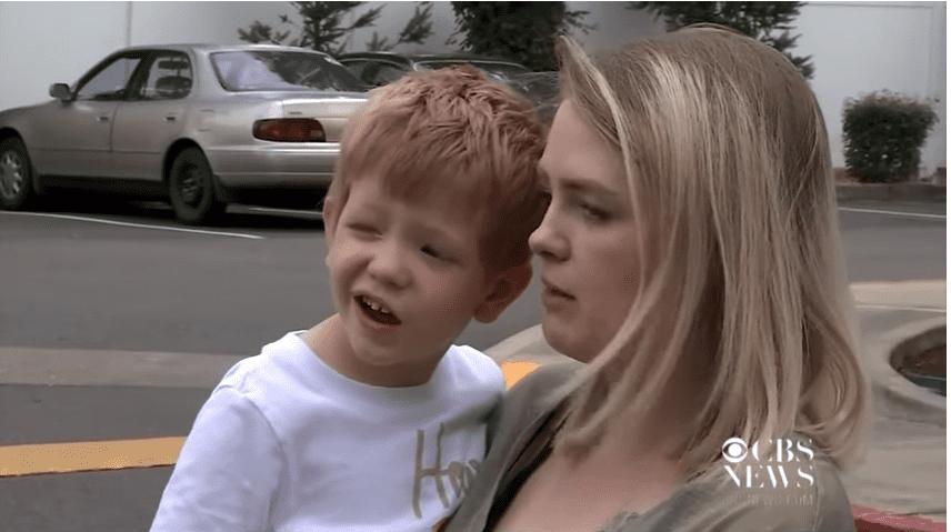 Jessi McCombs en train de porter son fils. | Photo : Youtube/MSNBC