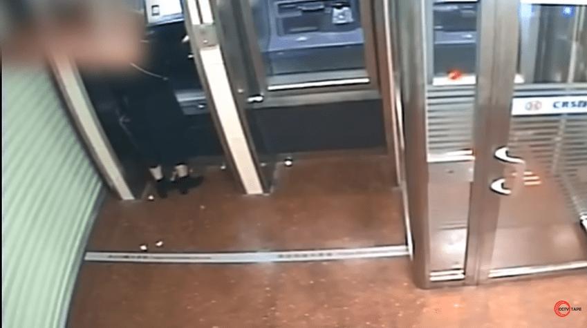 Le voleur rend tout l'argent à la femme après avoir vu que son solde bancaire est à zéro. | Photo : Youtube / CCTV tape