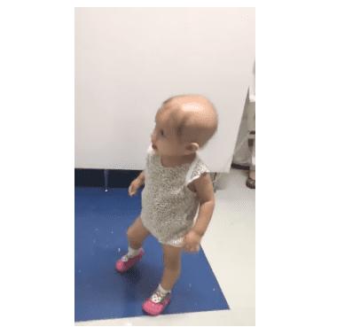 Une petite fille atteinte d'un cancer.   Photo : Youtube/ ViralHog