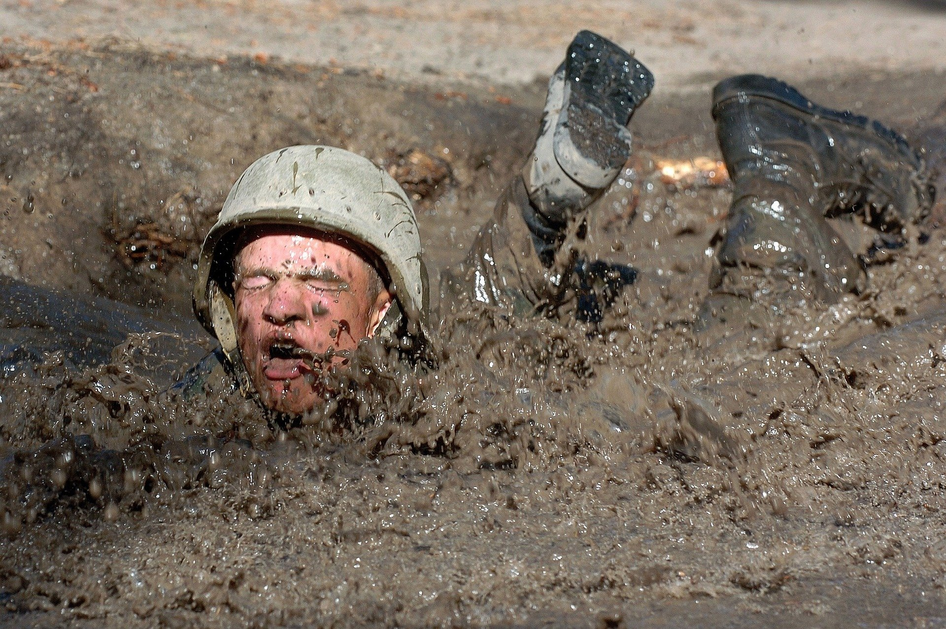 Soldado en el suelo cubierto de fango. Fuente: Pixabay