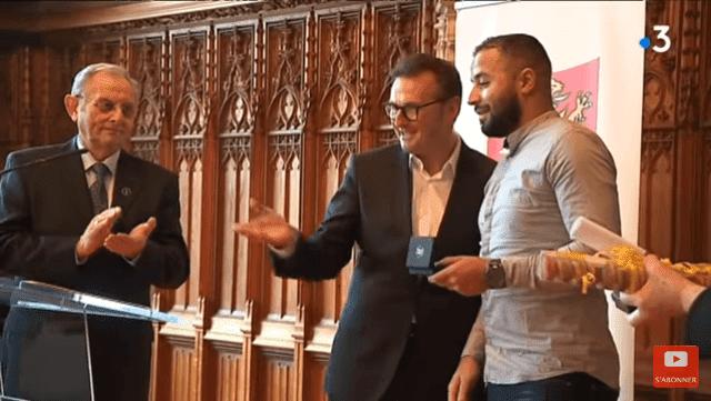 Mohamed Saïd tenant sa médaille de bravoure et de dévouement | Youtube / France 3 Hauts-de-France