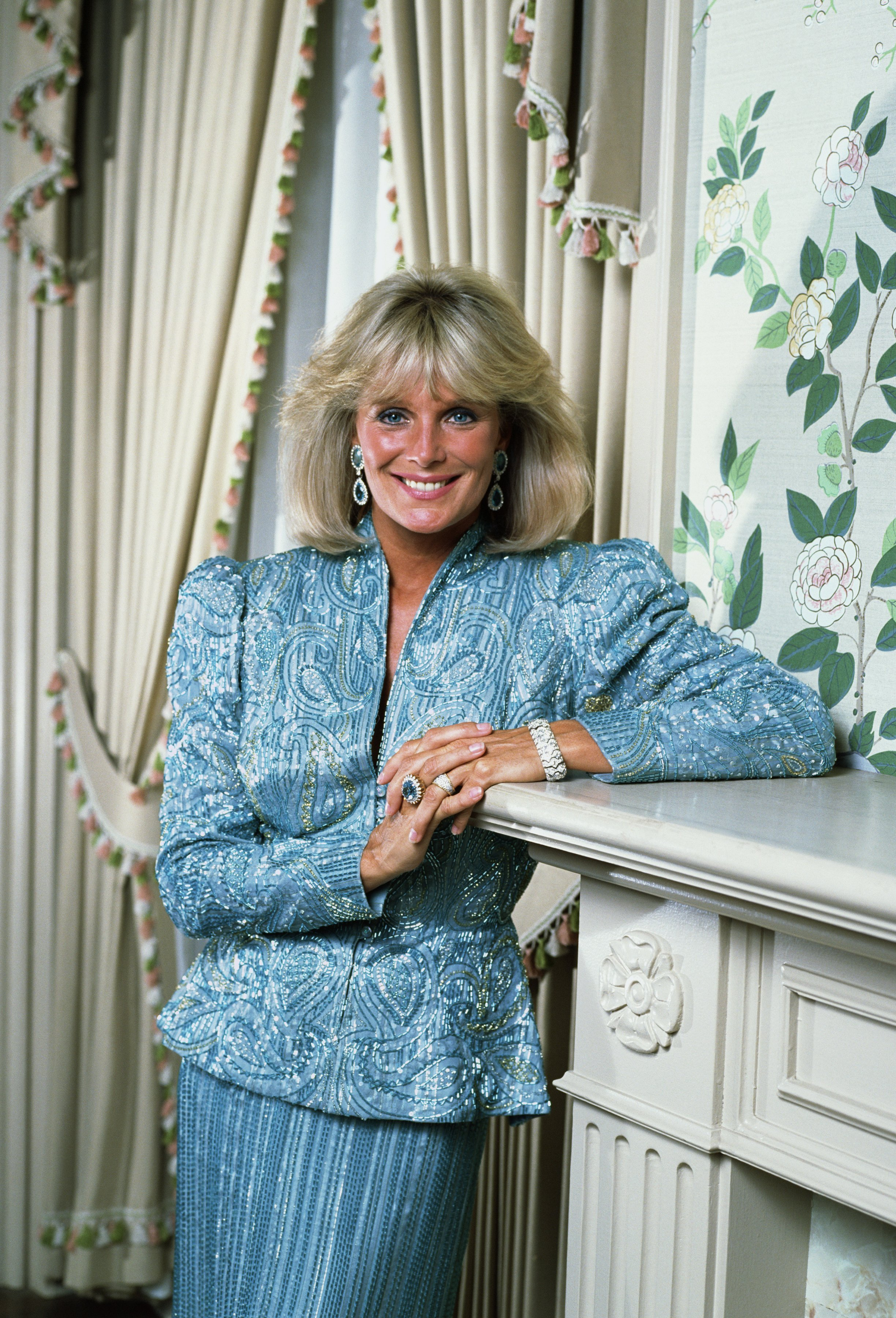 Linda Evans poses during a photo session in Hollywood, California in 1987 | Photo: Getty Images