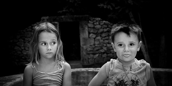 Brother and sister staring into the dark | Photo: Getty Images
