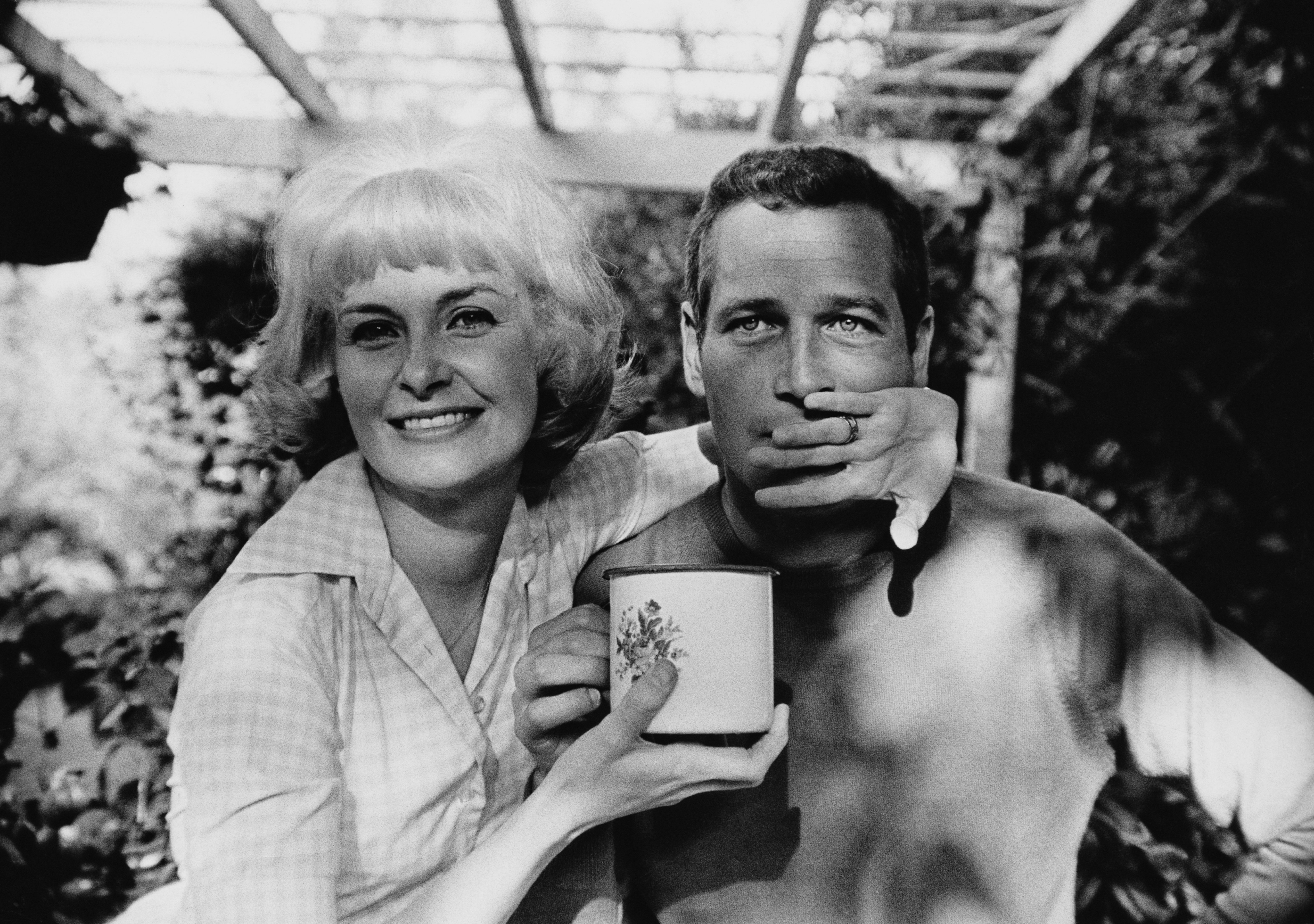 Paul Newman and Joanne Woodward posing playfully, circa 1963 | Photo: Getty Images