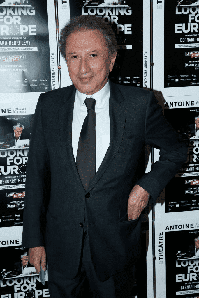 "PARIS, FRANCE - 21 MAI : Le journaliste Michel Drucker assiste au spectacle ""Looking for Europe"" de Bernard-Henri Levy au Théâtre Antoine le 21 mai 2019 à Paris, France. 