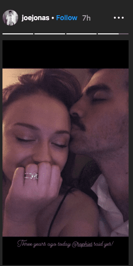 Joe Jonas places a kiss on Sophie Turner's temple, as she flaunts her engagement ring . | Photo: Instagram/joejonas