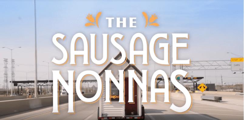 Le 8 novembre, la saucisse Nonnas est allée à Chicago. Johnsonville s'est associé à Uber pour permettre à de véritables mamies italiens (dans de petites maisons de grand-mère) de cuisiner pour des familles chanceuses le dimanche des saucisses. | YouTube/officiel Johnsonville