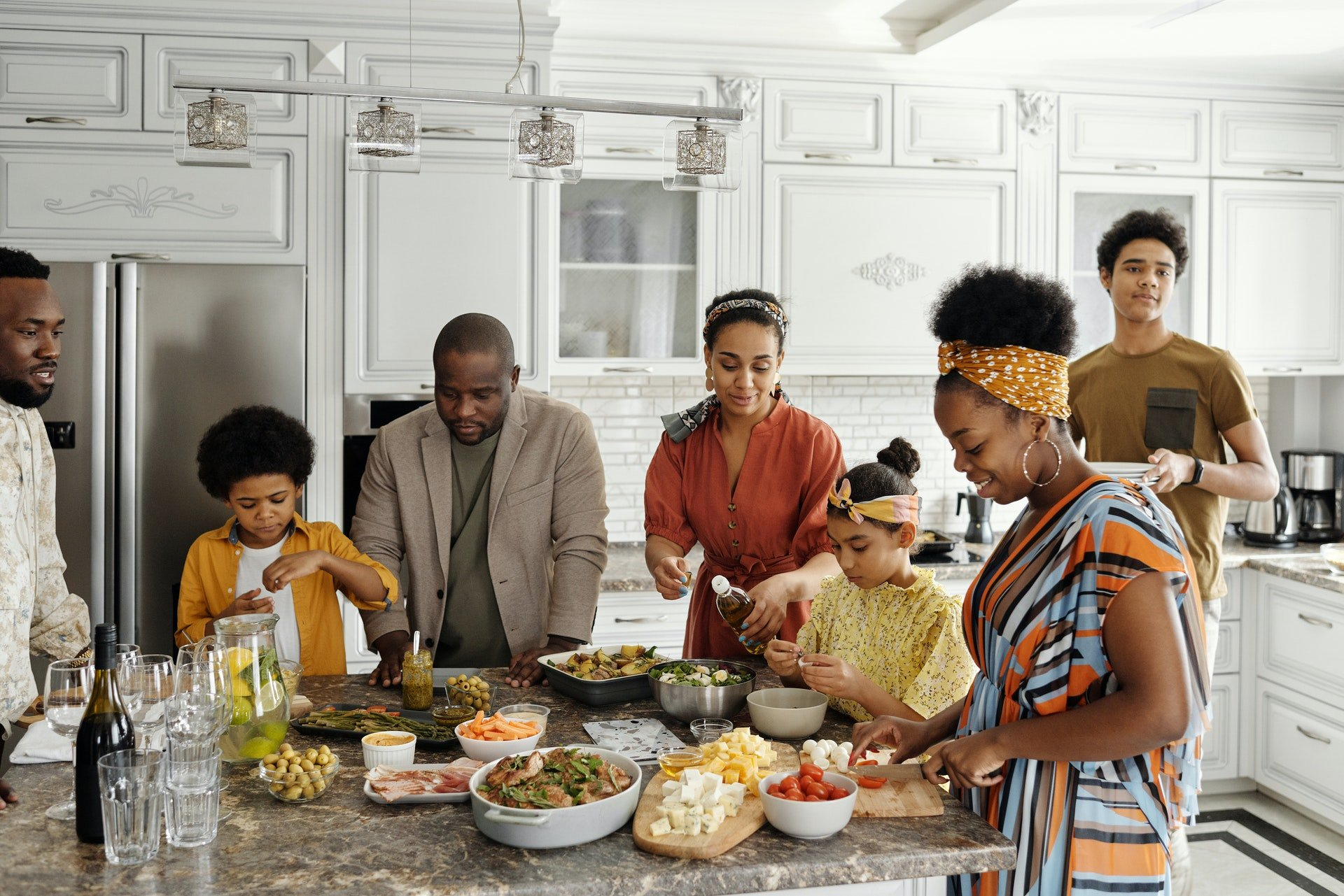 A largge family having a preparing a meal | Photo: Pexels