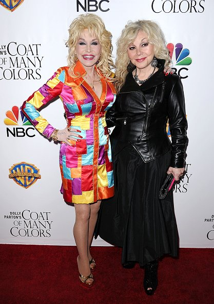 Dolly Parton and Stella Parton at the Egyptian Theatre on December 2, 2015 in Hollywood, California. | Photo: Getty Images