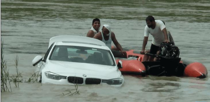 El costoso BMW hundiéndose en el río. | Fuente: YouTube / Uttarakhand Post