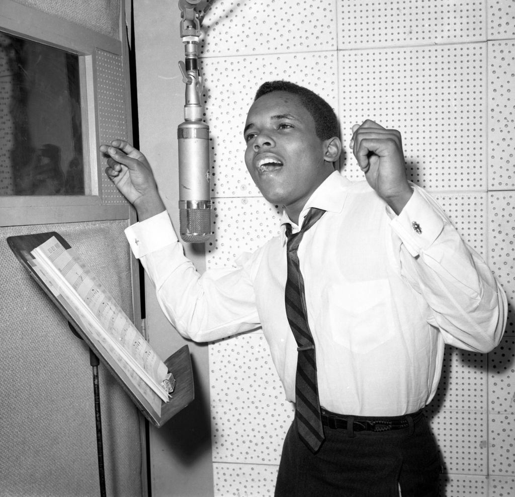 Le chanteur Johnny Nash enregistre en studio vers 1958 à New York. | Photo : Getty Images