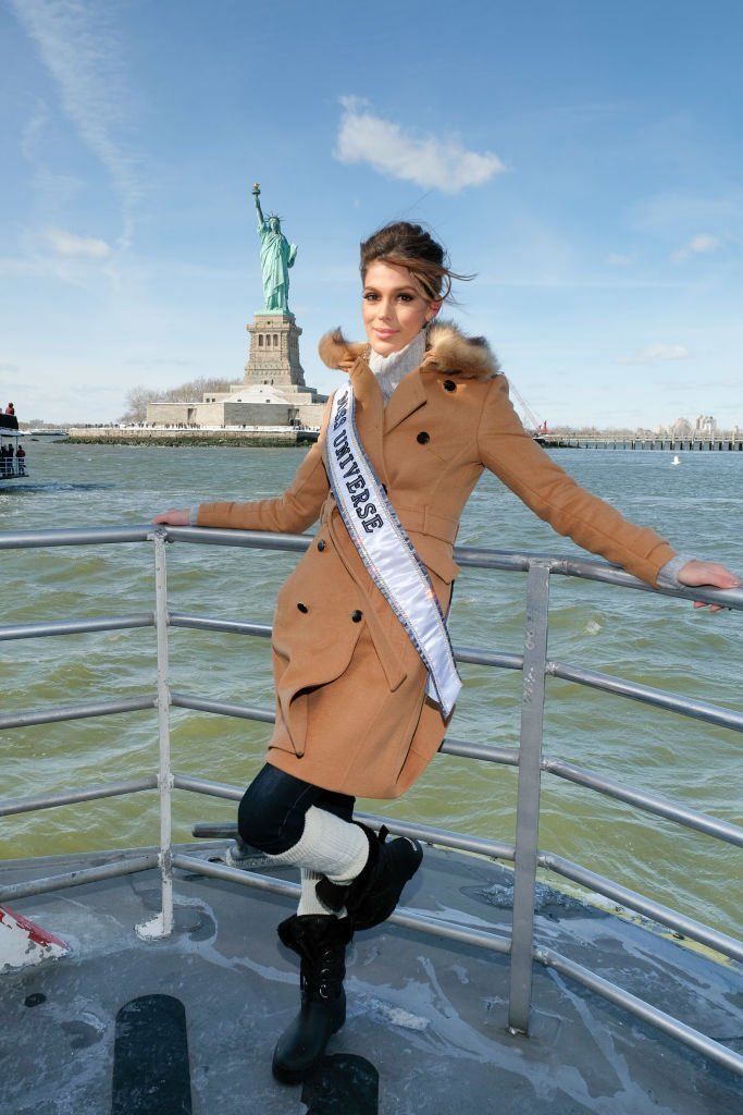 Iris Mittenaere portant son écharpe de Miss Univers en 2017. l Source : Getty Images