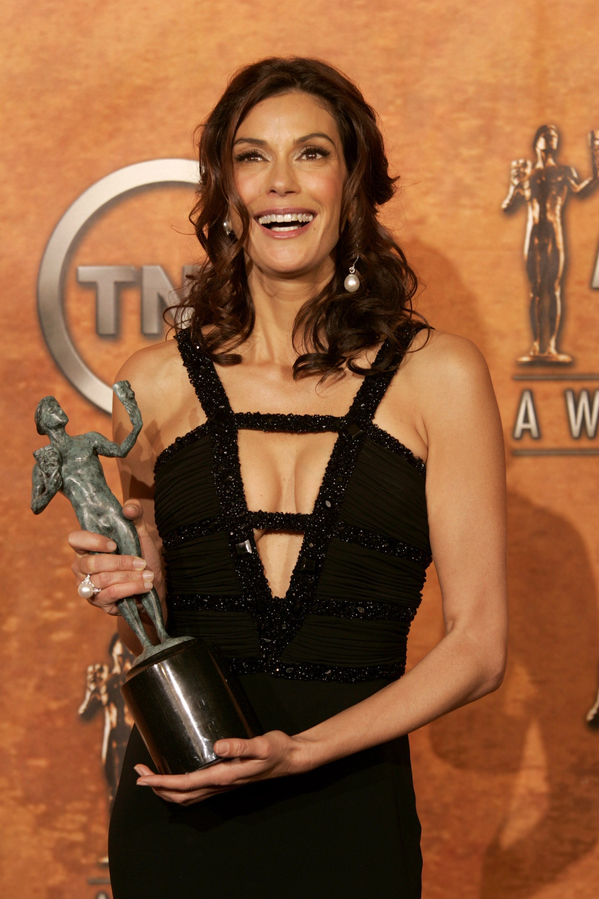 """Teri Hatcher poses with her SAG Award for Outstanding Female Actor in a Comedy Series for """"Desperate Housewives"""" at the 11th Annual SAG Awards in 2005 