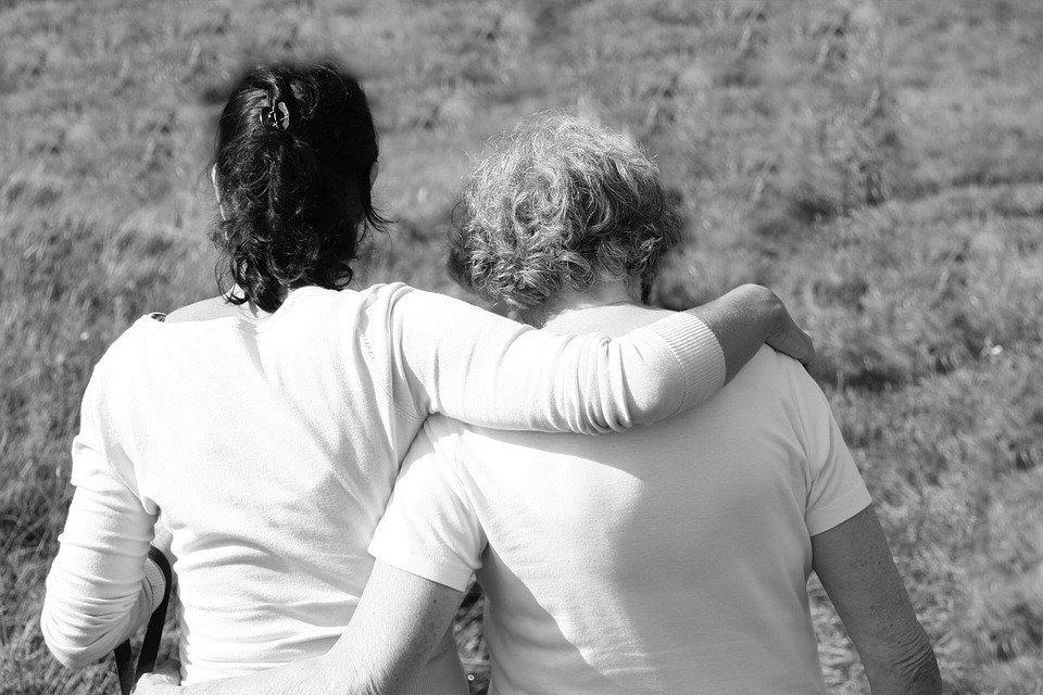 Alte und junge Frau umarmen sich | Quelle: Pixabay