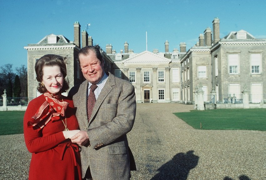 Earl Spencer and Raine Spencer in front of Althorp House circa 1981 | Photo: Getty Images