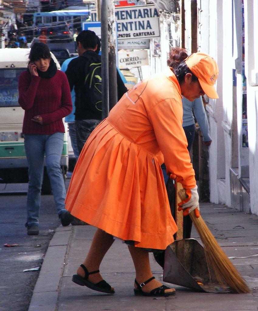 Mujer barriendo las calles de la ciudad. | Imagen: Flickr