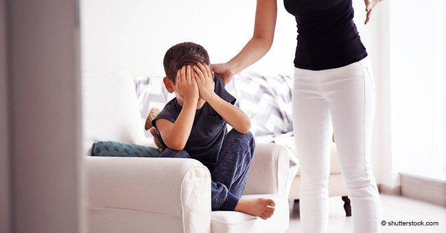 Mère et fils dans le salon. Source : Shutterstock
