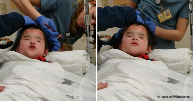 Une fillette de 8 ans chante pendant un test de dépistage des convulsions à l'hôpital alors qu'un thérapeute arrive avec une guitare