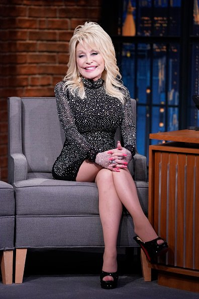 Dolly Parton during an interview with host Seth Meyers on November 21, 2019. | Photo: Getty Images