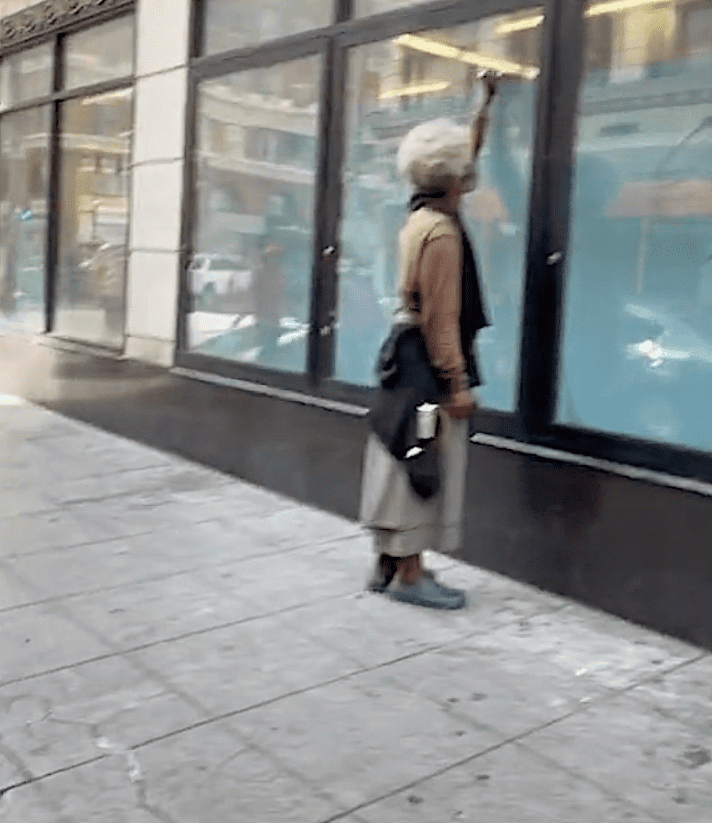 In a viral video a TikToker suggests that a homeless man might be building a time machine | Photo: TikTok/comeatmebhai
