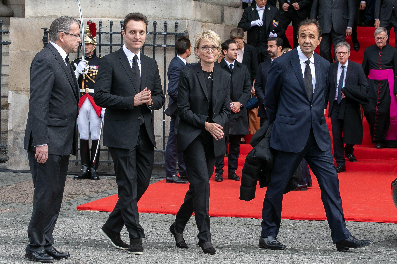 Claude Chirac, fille de l'ancien président français Jacques Chirac, son fils Martin Rey-Chirac et son mari Frédéric Salat-Baroux remercient le public à l'occasion des funérailles de l'ancien président français Jacques Chirac. | Photo : GettyImage