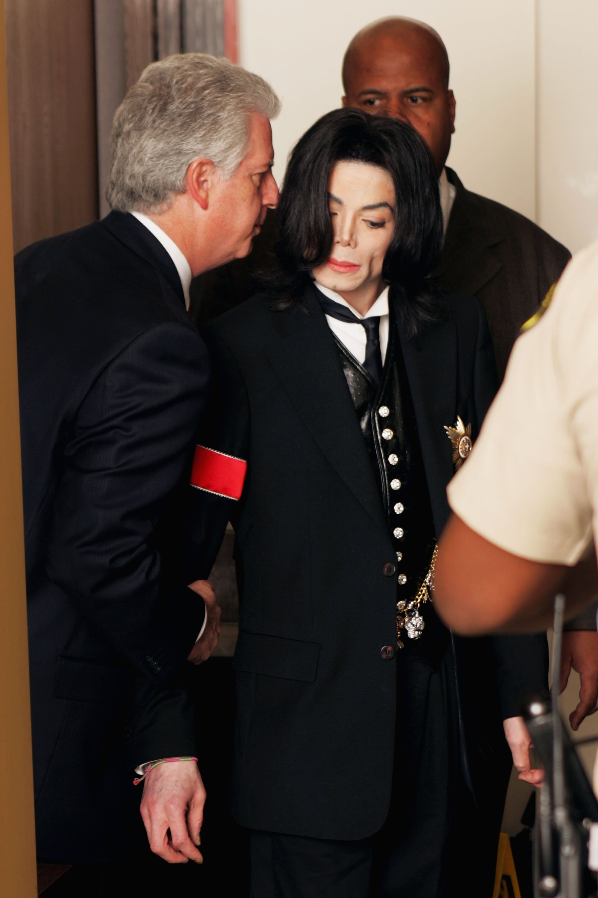 Michael Jackson at the Santa Barbara County Courthouse, in Santa Maria, California, for his child molestation's trial in 2005 | Photo: Getty Images