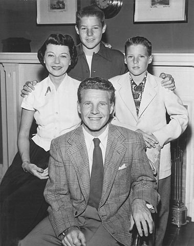 Ozzie Nelson, Harriet Nelson, David Nelson and Ricky Nelson promoting their roles on the ABC television series The Adventures of Ozzie and Harriet, circa 1952. | Source: Wikimedia Commons.