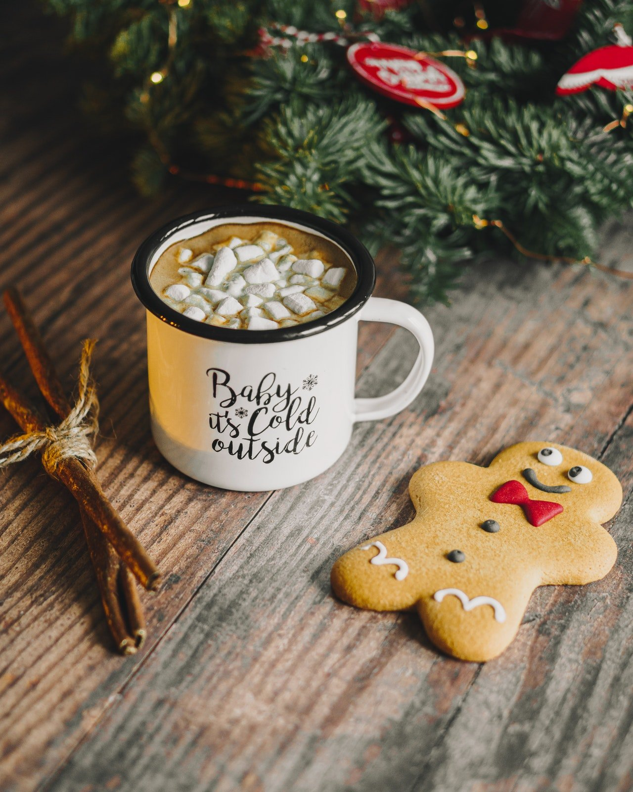 Photo of a gingerbread and cup of drink | Photo: Pexels