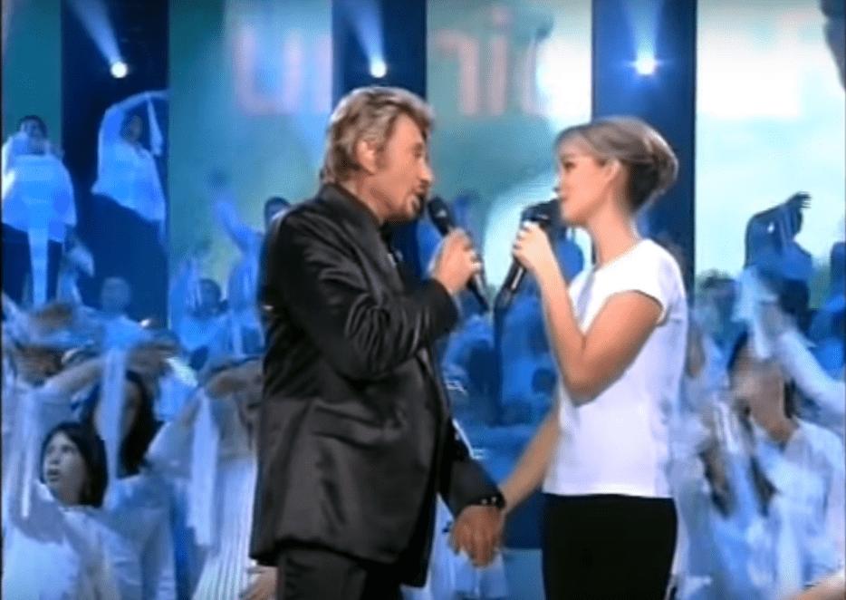 "Johnny Hallyday chante ""Imagine"" de John Lennon en duo sur scène avec Laeticia, en 2006. | Youtube/william lapare"