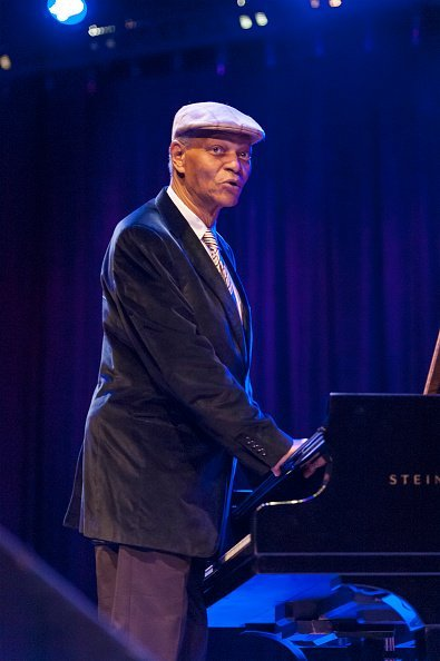 McCoy Tyner joue du piano sur scène au Symphony Space, New York. | Photo : Getty Images