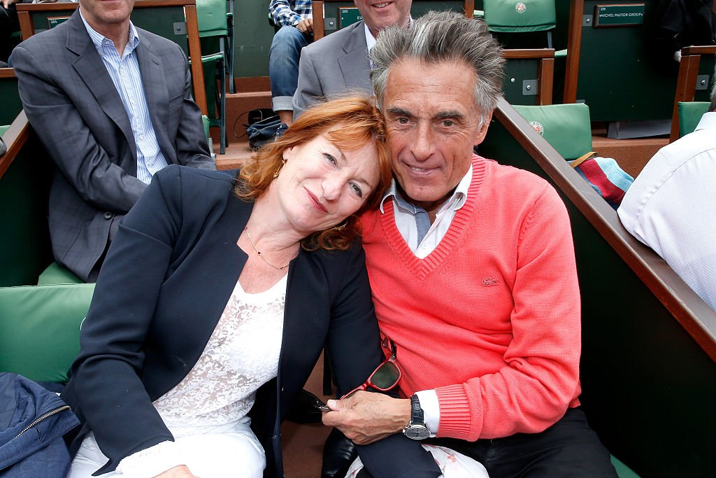 Gérard Holtz  et son épouse Muriel Mayette assistent aux Internationaux de France de tennis de Roland Garros 2015. | Photo : Getty Images