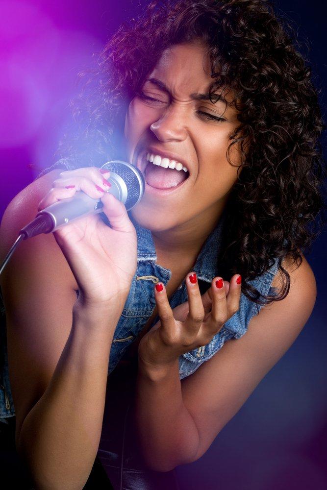 Hermosa cantante pop. | Fuente: Shutterstock