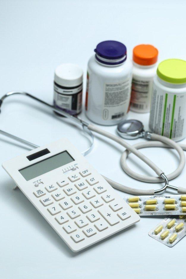 Medikamente und Taschenrechner | Quelle: Freepik