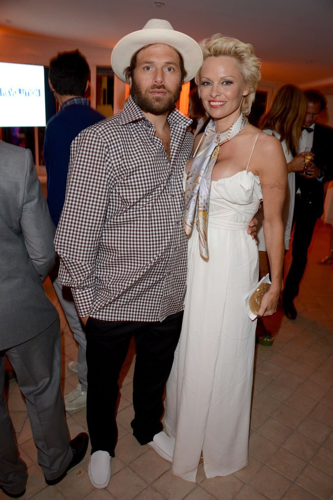 Pamela Anderson et Rick Salomon assistent au lancement de la Fondation Pamela Anderson co-organisé par Dame Vivienne Westwood à l'appui de Cool Earth au Festival de Cannes le 16 mai 2014. | Photo : Getty Images