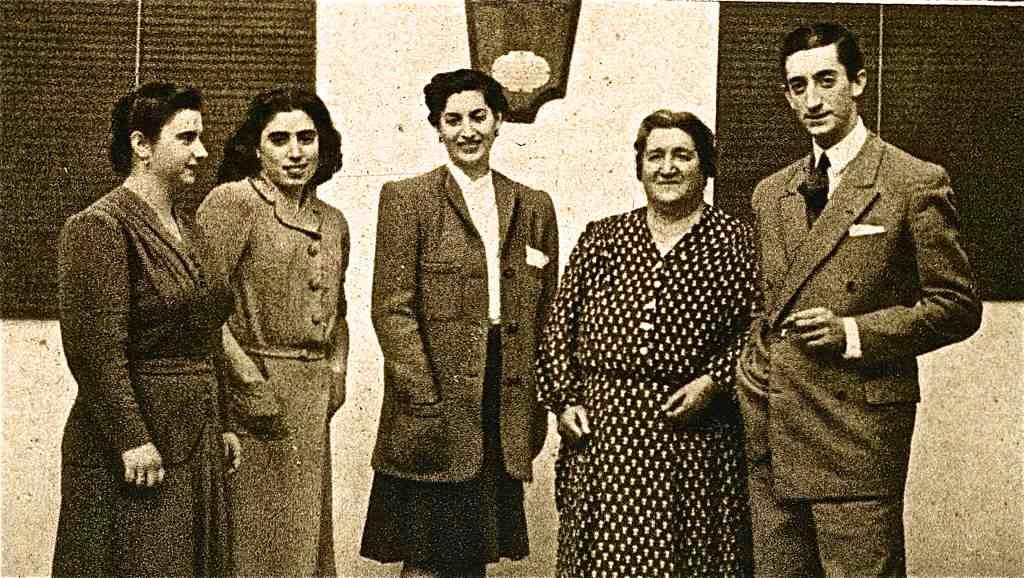 """Manuel Laureano """"Manolete"""" Rodríguez Sánchez, legendario torero español, con su madre y sus hermanas.   Imagen: Flickr"""