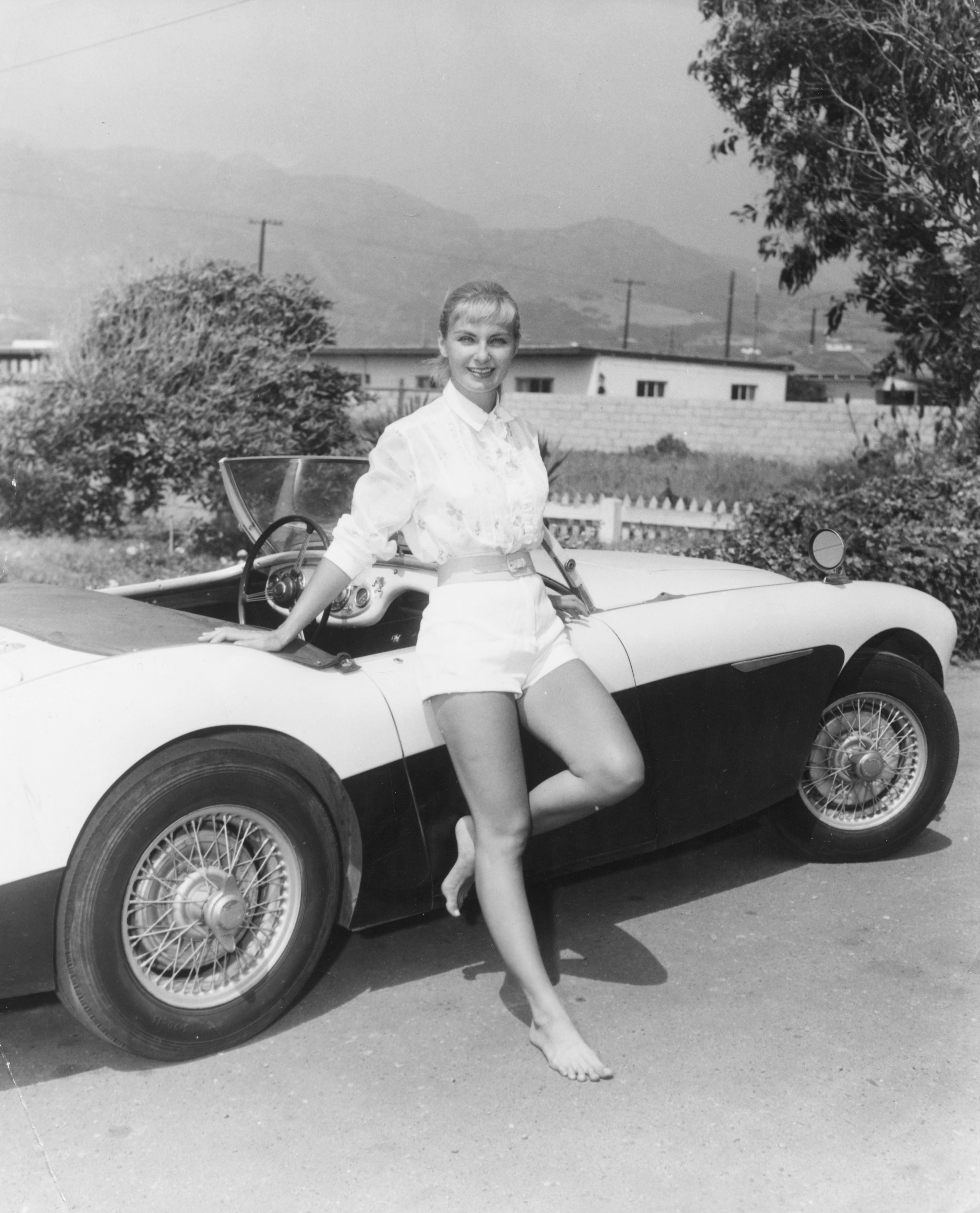 Joanne Woodward posing against a car in Hollywood, 1957 | Photo: Getty Images