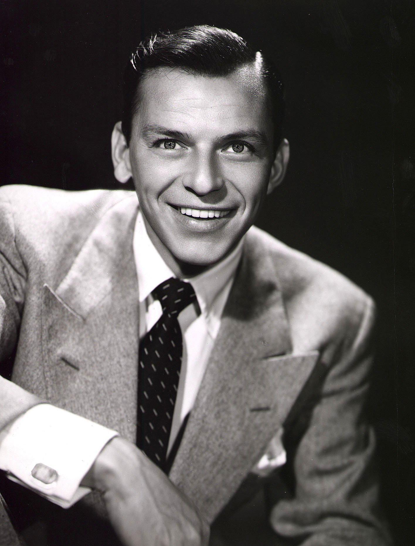 Promotional studio portrait of American singer and actor Frank Sinatra, 1950s. | Photo: GettyImages