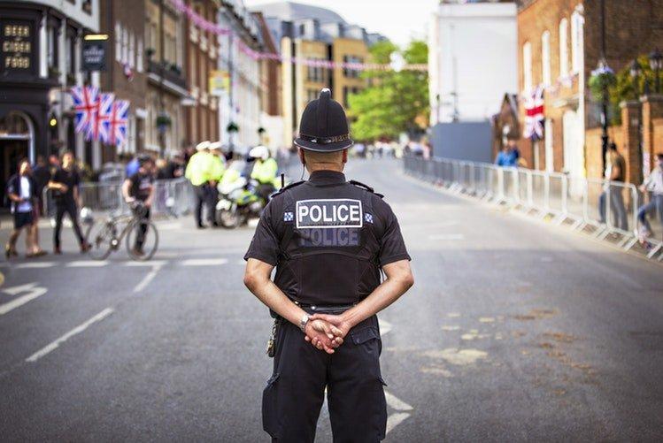 Un policier tournant le dos au caméras | Photo / Unsplash