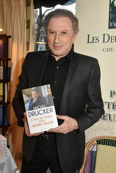 "Michel Drucker assiste à la signature du livre ""Il Faut Du Temps Pour Rester Jeune"". 